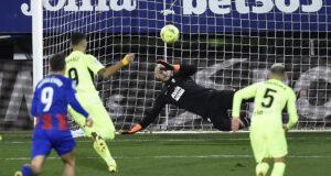 [VIDEO] Solo los cracks definen así: Suárez y su penalti a lo 'Panenka' en el descuento