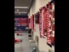 Koke enseña el vestuario en un vídeo: más de 100 banderas y bufandas
