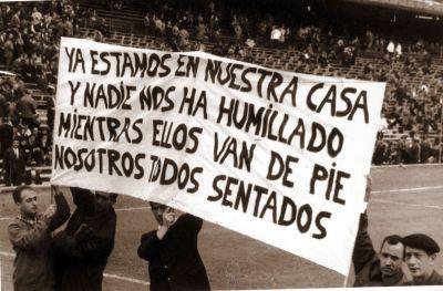 Fotografía del día de la inauguración del Vicente Calderón, la pancarta reza de esta manera debido a que todo el mundo contaba con asiento (1966).